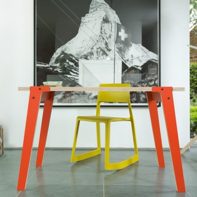 Petite table moderniste
