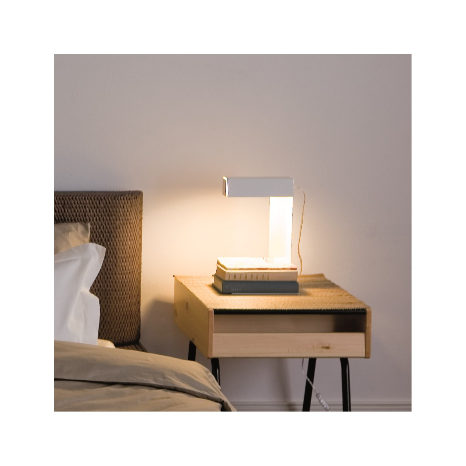 lampe lire blanche arne concept. Black Bedroom Furniture Sets. Home Design Ideas